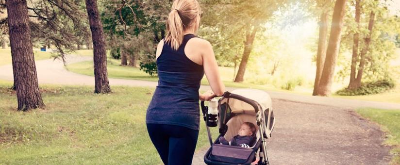 periode-postnatale-femme-promenant-son-enfant