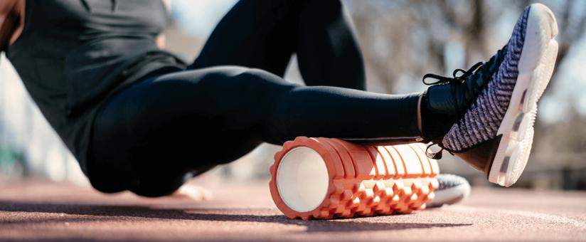 femme-pratiquant-le-fitness-sur-un-tapis