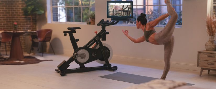 femme-pratiquant-yoga-près-velo-biking