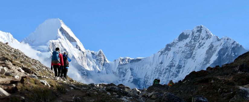 gens-faisant-un-trek-dans-Himalaya