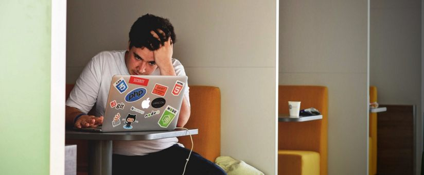 homme-en-situation-en-situation-devant-son-ordinateur