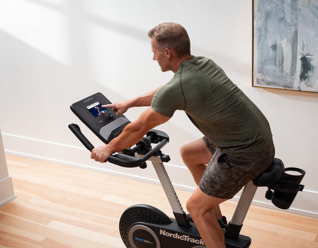 L'attribut alt de cette image est vide, son nom de fichier est Vélo-droit-vs-vélo-allongé-lequel-est-fait-pour-vous-.jpg.